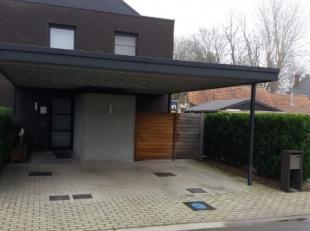 Centraal gelegen driegevelwoning omvattende een inkom - ruime living met open ingerichte keuken - achterinkom/wasplaats voorzien van inbouwkasten - be