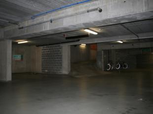 Deze ondergrondse autostaanplaatsen bevinden zich in een afgesloten garage, deel uitmakende van een recente nieuwbouwontwikkeling. Ligging vlakbij Heu