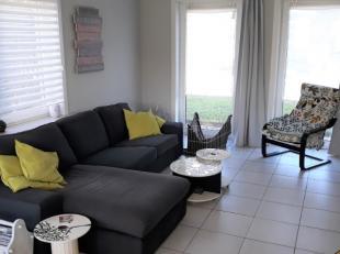 Ruime driegevel woning omvattende een inkomhal met gastentoilet en trap naar boven, gezellige leefruimte met toegang naar terras en tuin - ingerichte