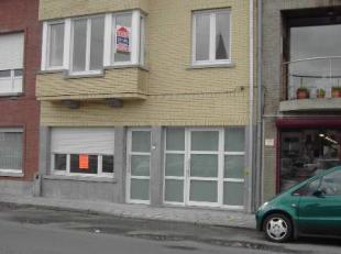 Gelijkvloers appartement bestaande uit inkomhall, living, volledig ingerichte keuken met toestellen, badkamer met douche - wastafel en toilet, &eacute