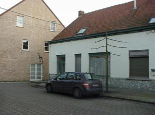 Woning met ingerichte keuken, living, badkamer, 3 slaapkamers, berging, veranda, terras, garage.