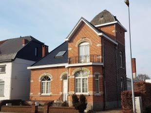 Charmante dorpswoning in het centrum van Sleidinge met tuin en achterliggend magazijn.  De woning beschikt over een ingerichte keuken, prachtig afgewe