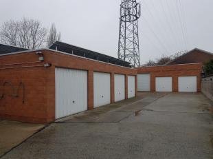 6 à 7 gemetste garages, en een 3-tal magazijnen van ca 30 - 40 - 50 m2, aangelegde oprit, alles is zeer verzorgd, magazijn en garages brengen g