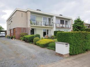 Appartementsgebouw in residentiële buurt. Vier ruime appartementen (135m²/app), vijf garages en omliggende tuin. Privatieve inkomhal, aparte