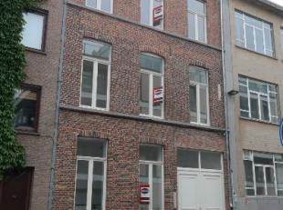 Dit volledig gerenoveerd en instapklaar appartement (65m²) op de 1ste verdieping is uitstekend gelegen ten zuiden van het historisch centrum van
