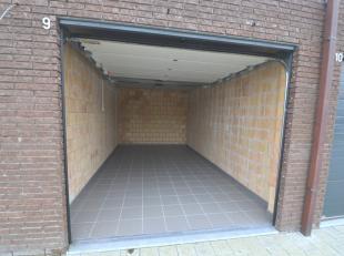Mooie garage voorzien van tegelvloer, verlichting, stopcontacten, geautomatiseerde sectionaalpoort<br /> <br /> Brede doorrit (makkelijk manoeuvreerba