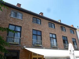 Ruim appartement op de Markt in Aalter, op de 1e verdieping boven Brasserie 'Koffieboontje'. Appartement bestaat uit living, keuken, toilet, wasplaats