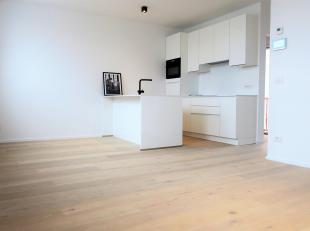 Prachtig gerenoveerd 1-slaapkamerappartement midden in t'Stad! Binnenkomen doe je in de inkomhal met ingebouwde kast. In de leefruimte is het aangenaa