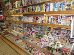 over te nemen : zeer goed draaiende dagbladhandel op goede locatie te Antwerpen - Centrum . Gelegen omgeving Hoogstraat , Grote Markt en Kaaien . Wink