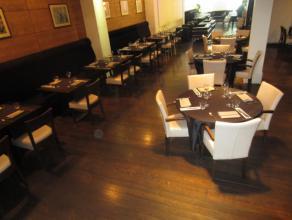 over te nemen : prachtig ingericht restaurant te Antwerpen . Gelegen op de Antwerpse Leien . Mooie zaak met zeer goede omzetcijfers bestaande uit een