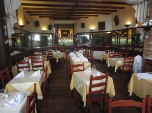 Over te nemen :  een goed draaiend restaurant te Antwerpen - Centrum . Deze horecazaak is gelegen in een historisch pand dat dateerd van het jaar 1725