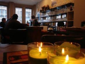 over te nemen : horecagelijkvloers te Antwerpen op het Eilandje Cadixwijk. Indeling : zomerterras 26 m2 aan straatzijde. Cafe 75 m2, 37 plaatsen. Mome