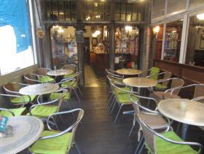 Over te nemen : café op toplocatie in het historisch gedeelte te Antwerpen met mogelijkheid tot woonst . Zaak is gelegen aan de Grote Markt met