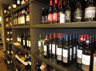 Over te nemen : gespecialiseerde groothandel van wijnen in het Antwerpse . Uniek gamma wijnen uit Frankrijk . Deze zaak is volledig verplaatsbaar . Ui