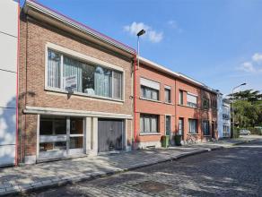 Deze bel-étage is ideaal gelegen en beschikt over drie slaapkamers, een veranda, de inpandige garage en gezellige tuin. <br /> Via de inkomhal