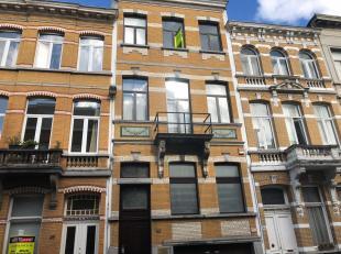 Eén slaapkamer appartement gelegen in een zeer mooi oud-herenhuis gelegen in een rustige straat te Berchem. Dicht bij belangrijke verbindingswe