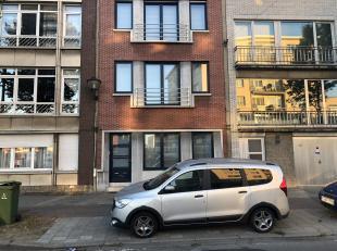 Dit instapklaar gelijkvloersappartement in een gebouw met drie appartementen is gelegen vlakbij de winkelstraat van Merksem, winkels, scholen, openbaa