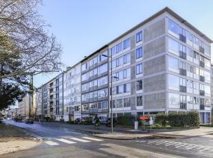 Dit appartement met drie slaapkamers bevindt zich op de 3e verdieping van een rustig appartementsgebouw. Het bevindt zich vlakbij verbindingswegen met