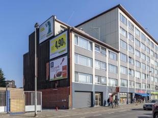 Zeer centraal gelegen dakappartement te Deurne. Scholen, openbaar vervoer en winkels op wandelafstand.<br /> Indeling: woonkamer van 38m² op novy