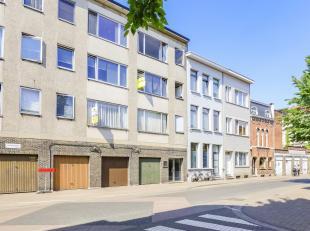 De studio met aparte slaapruimte (mogelijk om 1 geheel van te maken)is gelegen op de tweede verdieping van een keurig en centraal gelegen appartements