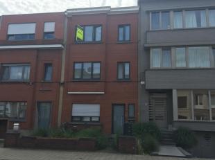 We treffen dit gezellig appartement in een rustige straat in Wilrijk, vlakbij winkels, openbaar vervoer, scholen en verbindingswegen. Het appartement