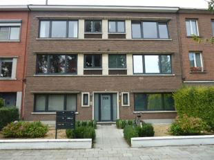 We treffen dit recent gerenoveerde appartement op de eerste verdieping links. Deze is gelegen in een rustige en groene straat te Wilrijk vlakbij openb