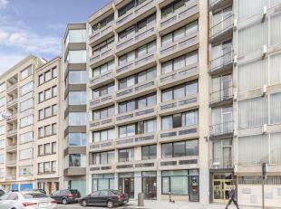 We treffen dit appartement aan de heraangelegde leien op devijfde verdieping van een goed onderhouden gebouw te Antwerpen. Op wandelafstand treft men