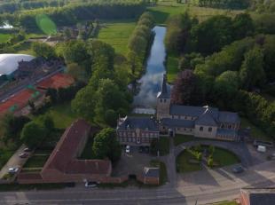 Schitterend 18de eeuws kasteel op  ± 33 ha, zeer goed gelegen tussen  Jodoigne en Tienen. Goed bereikbaar via de  E 40 op 2 min. Het omvat o.a.