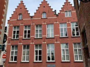 Historisch monument, luxueus gerenoveerd herenhuis met kantoorgedeelte op ± 255 m², uitzonderlijk gelegen in het hart van het historische