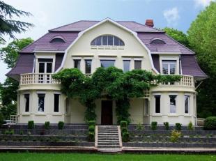 Deze art-deco villa behoort tot de mooiste huizen van Leopoldsburg en is gelegen op een domein van 30 are met een prachtige voortuin en een sierlijke