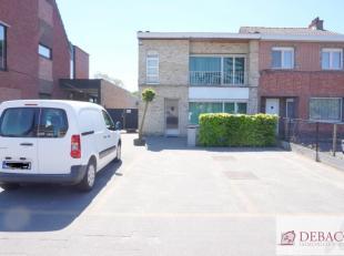 Ruime en verzorgdewoning (momenteel gekend als handelshuis), centraal gelegen, bestaat uit inkomhal, commerciële ruimte (polyvalente ruimte), rui