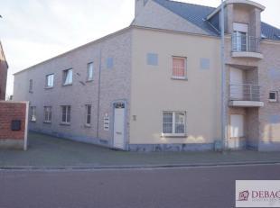 Charmante duplex-woning, centraal gelegen op wandelafstand van de markt, bestaat uit woonkamer, keuken, berging, wasplaats, kelder, twee slaapkamers e