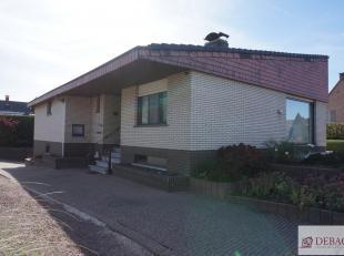 Rustig en goed gelegen (op wandelafstand van het centrum) gelijkvloerse woning bestaat uit inkomhal met vestiaire en aparte toilet, gezellige woonkame