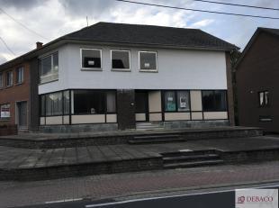 Handelshuis, te renoveren, bestaat op het gelijkvloers uit een ruime commerciële gelijkvloers met keuken, badkamer, WC en twee kamers. Op de eers