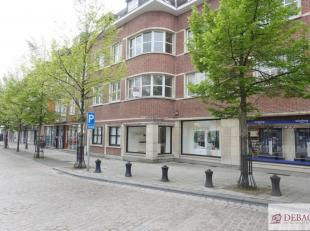 Goed gelegen en verzorgd appartement, nabij Zimmerplein en Grote Markt, op de eerste verdieping, bestaat uit inkomhal met vestiaire, woonkamer, keuken