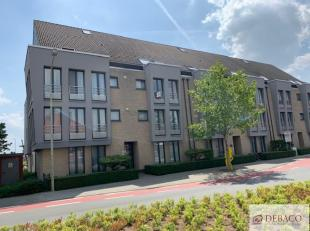 Centraal gelegen appartement, op de tweede verdieping, bestaat uit ruime inkomhal, woonkamer, geïnstalleerde keuken, wasplaats/berging, twee slaa