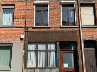 Centraal gelegen woning bestaat op het gelijkvloers uit ruime woonkamer, volledig ingerichte keuken, badkamer, wasplaats en kelder; op de eerste verdi