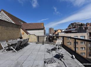 Duplex penthouse met ruim terras en zijdelings zeezicht, goed gelegen in het centrum van Knokke aan een plein. Samenstelling: inkom met gastentoilet e