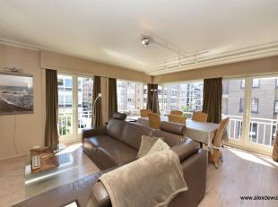 Uitstekend gelegen hoekapartement, vlakbij het strand, het Rubensplein en de Lippenslaan. Indeling: inkom met vestiaire en gastentoilet, 3 slaapkamers