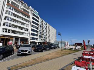 Zonnig appartement op een topligging in het Zoute! Samenstelling: inkomhall, woonkamer en keuken met prachtig zicht op het Albertplein en de zee. Klei