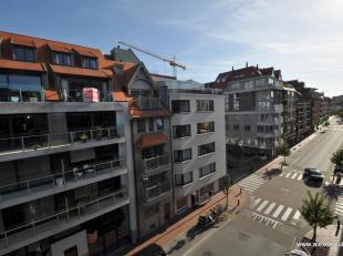 Appartement in renovatie, in het centrum van Knokke, met zuidgericht terras en vlakbij winkels en strand. Samenstelling: inkom, berging, toilet, halfo