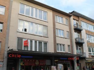 Zeer ruim appartement gelegen in het centrum van Leuven. Het appartement is gelegen op de 1e verdieping en heeft een grote woonkamer, aparte eetkamer