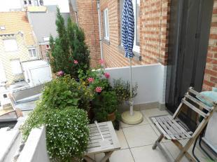 Zeer ruim appartement gelegen in het centrum van Leuven. Het appartement is gelegen op de 3de verdieping en heeft een grote woonkamer, aparte eetkamer