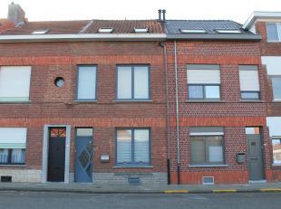 Uiterst verzorgde woning met 2 slaapkamers. De woning is gelegen op een perceel van 1are, met aangenaam zonnig overdekt terras en koertje. Indeling: g