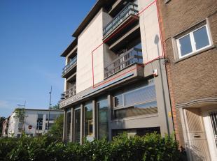 In 2014 volledig gerenoveerd 1-slk appartement. Inkomhal met vestiairekast en gastentoilet, woonkamer (35 m²) met aansluitend ZW-terras (ca 6m&su