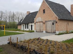 Wie wil wonen in alle luxe ? Deze recente villa is beschikbaar vanaf 1 juli. Ruime woonkamer, hypergeïnstalleerde keuken, bureau, dubbele garage,
