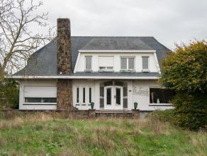 Deze te renoveren villa met veel mogelijkheden is gelegen aan de stadsrand van Lier. Wie van rust en ruimte houdt, kan van deze villa een aangename pl