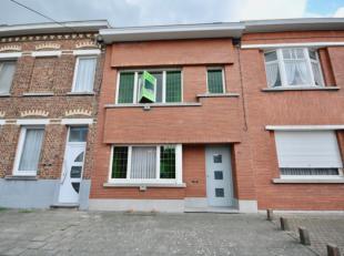 Goed onderhouden woning met tuin te Ronse. Deze woning bestaat uit een inkomhall, leefruimte met eetplaats en zithoek, keuken, veranda en wasplaats/be
