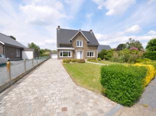 Heel rustig gelegen woning met ruime tuin te Melden. Op het gelijkvloers bestaat deze woning uit een inkomhall, ruime leefruimte, bureau/eetplaats, ke