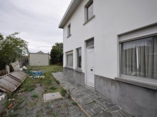 Rustig gelegen, verder te verbouwen HOB op 550m². Indeling: ruime leefruimte met open keuken en bijgebouwen op het gelijkvloers. Op de verdieping